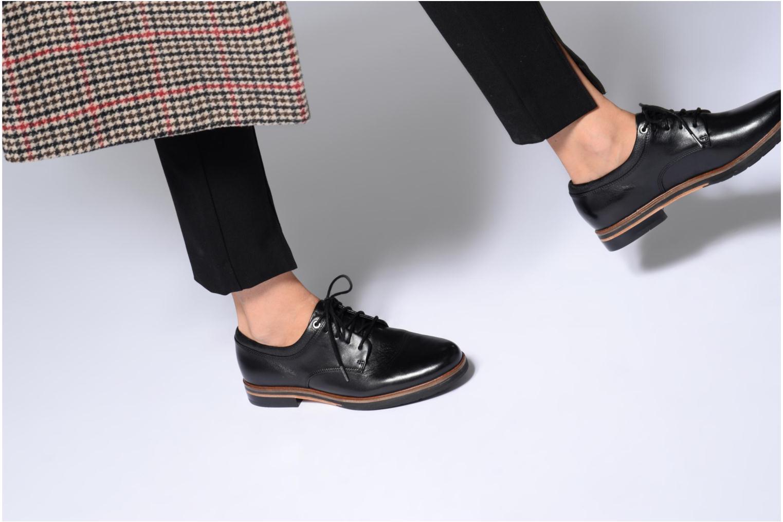 Chaussures à lacets Clarks Frida Derby Noir vue bas / vue portée sac