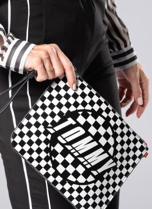 Bolsos de mano Tommy Hilfiger Pochette Checker board Negro vista de abajo