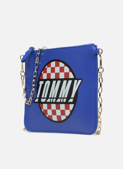 Sacs à main Tommy Hilfiger Pochette Surf the web Bleu vue portées chaussures