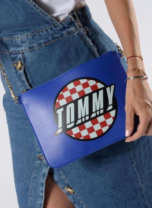 Sacs à main Tommy Hilfiger Pochette Surf the web Bleu vue bas / vue portée sac