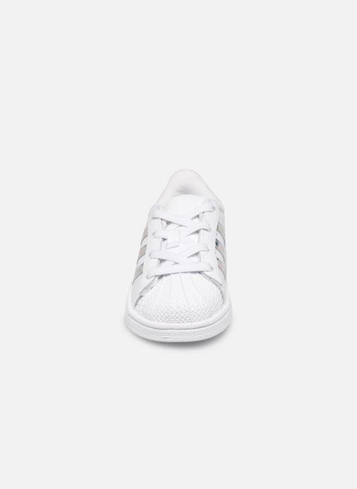 Baskets Adidas Originals Superstar EL I Blanc vue portées chaussures