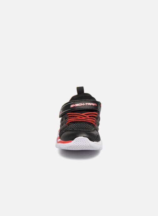 Sneakers Skechers Skech-Train Nero modello indossato