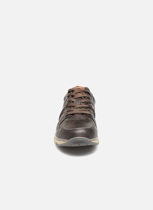 Sneakers Mustang shoes Soo Marrone modello indossato
