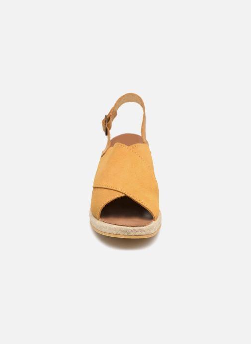 Sandali e scarpe aperte Monoprix Femme Sandales compensées Giallo modello indossato