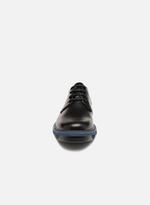 Scarpe con lacci Camper Mateo K100149 Nero modello indossato