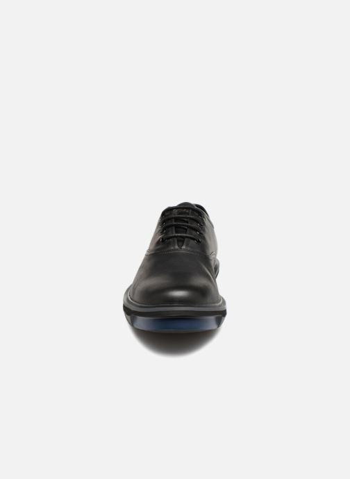 Scarpe con lacci Camper Mateo K100236 Nero modello indossato