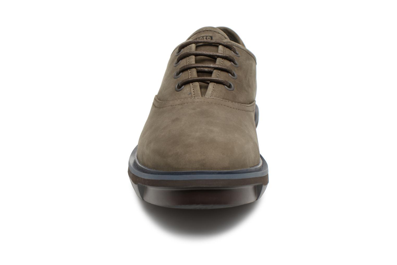 Scarpe con lacci Camper Mateo K100236 Marrone modello indossato
