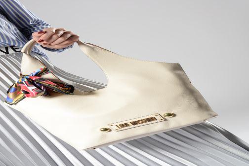 Handtaschen Love Moschino LETTERING LM Hobo weiß ansicht von unten / tasche getragen