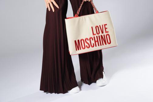 Handtaschen Love Moschino CANVAS & BRODERY Cabas weiß ansicht von unten / tasche getragen