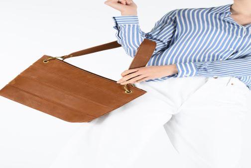 Handtaschen Nat & Nin CALLIE braun ansicht von unten / tasche getragen