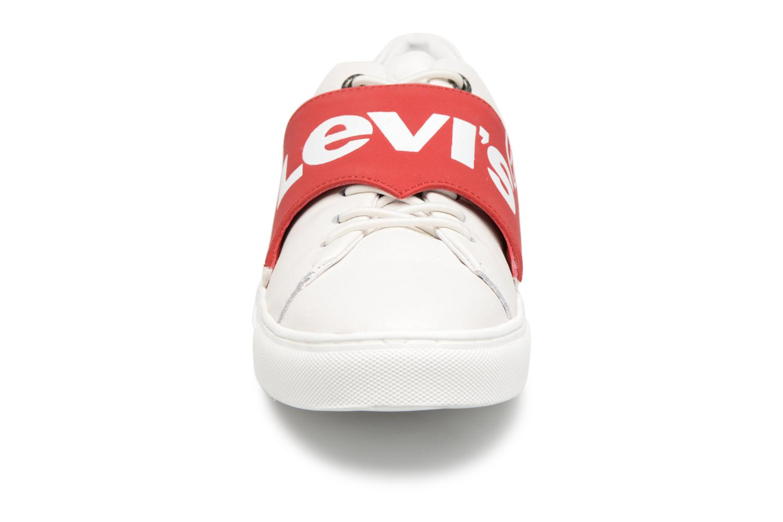 Sneakers Levi's Batwing Sneaker Bianco modello indossato