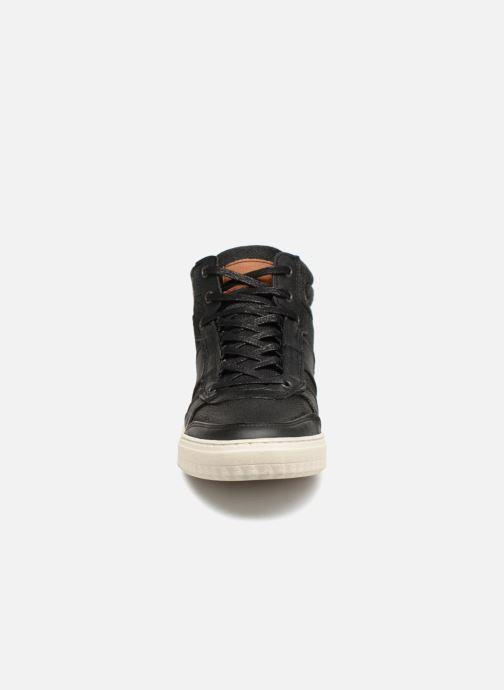 Sneakers Bullboxer 842K56605A Nero modello indossato