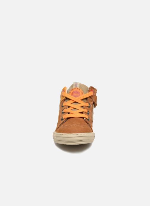 Sneakers Kickers Jargon BB Marrone modello indossato