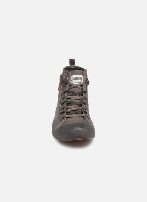 Sneakers Palladium Plphoenix M C H Grigio modello indossato
