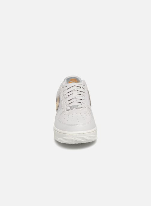 Sneakers Nike Wmns Air Force 1 '07 Mtlc Bianco modello indossato