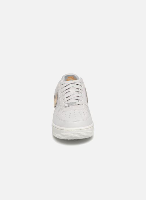 Baskets Nike Wmns Air Force 1 '07 Mtlc Blanc vue portées chaussures