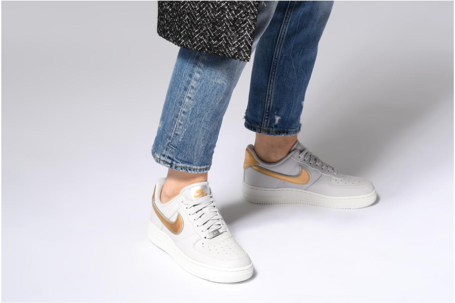 Baskets Nike Wmns Air Force 1 '07 Mtlc Blanc vue bas / vue portée sac