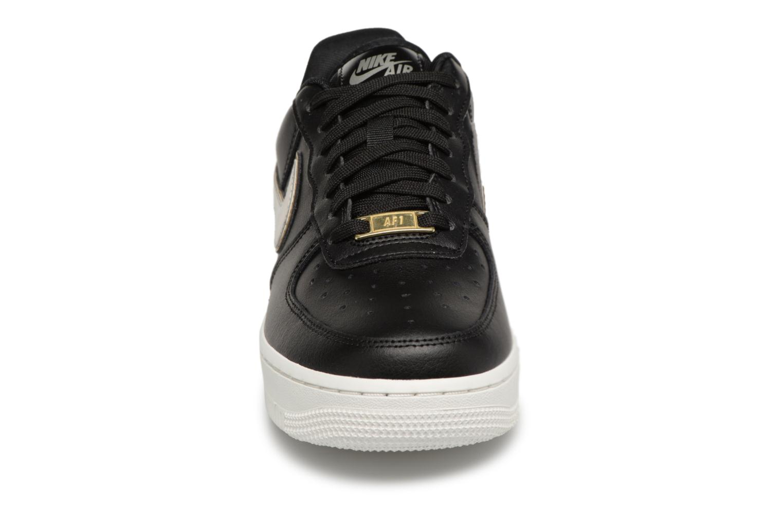 Sneakers Nike Wmns Air Force 1 '07 Mtlc Nero modello indossato
