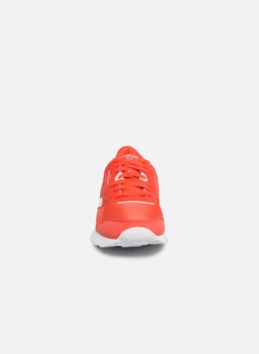 Deportivas Reebok Classic Nylon Color Rojo vista del modelo