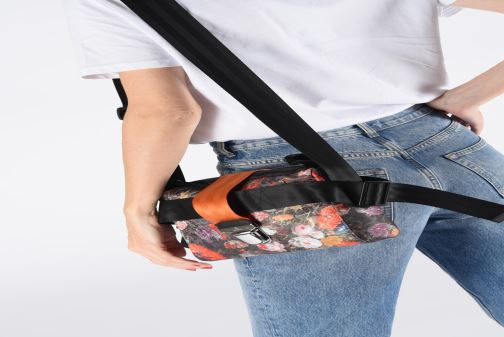 Handtaschen Vivienne Westwood Narcissus Crossbody schwarz ansicht von unten / tasche getragen