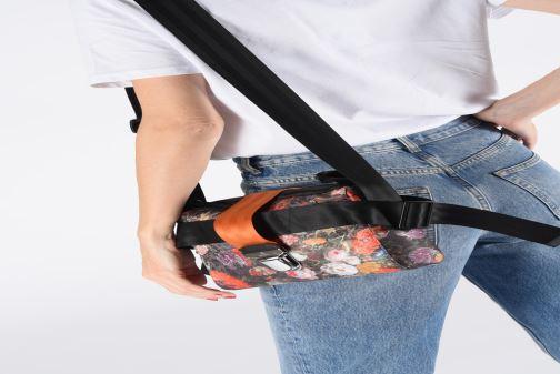 Sacs à main Vivienne Westwood Narcissus Crossbody Noir vue bas / vue portée sac