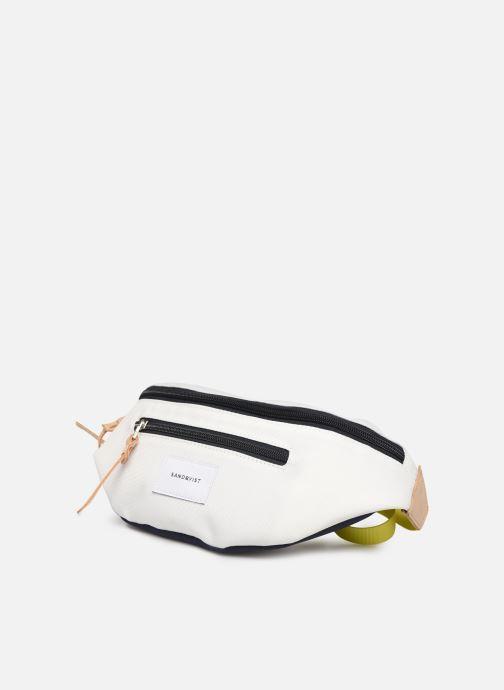 Petite Maroquinerie SANDQVIST ASTE Blanc vue portées chaussures