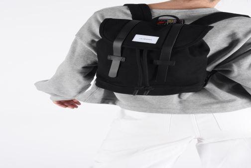 Rucksäcke SANDQVIST STIG SMALL weiß ansicht von unten / tasche getragen