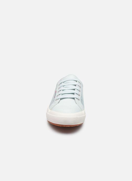 Sneakers Superga 2749 Satin W Azzurro modello indossato