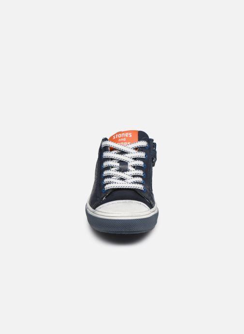 Sneakers Stones and Bones Corso Azzurro modello indossato