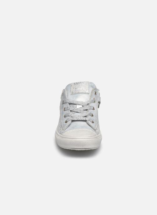 Sneakers Stones and Bones Corso Argento modello indossato