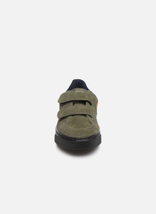 Sneakers Veja V-12 SMALL LEATHER Verde modello indossato