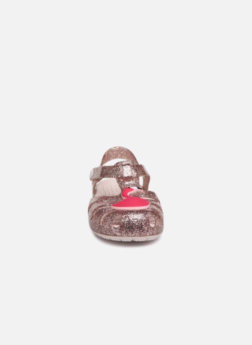 Sandaler Crocs Crocs Isabella Charm Sandal K Bronze och Guld bild av skorna på