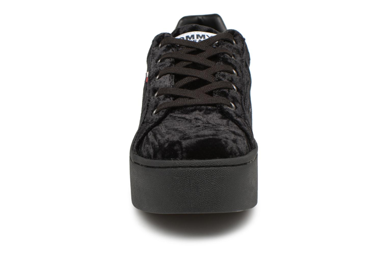Baskets Tommy Hilfiger TOMMY JEANS CRUSH VELVET SNEAKER Noir vue portées chaussures