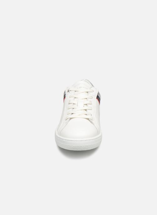 Baskets Tommy Hilfiger TOMMY ICONIC SNEAKER Blanc vue portées chaussures