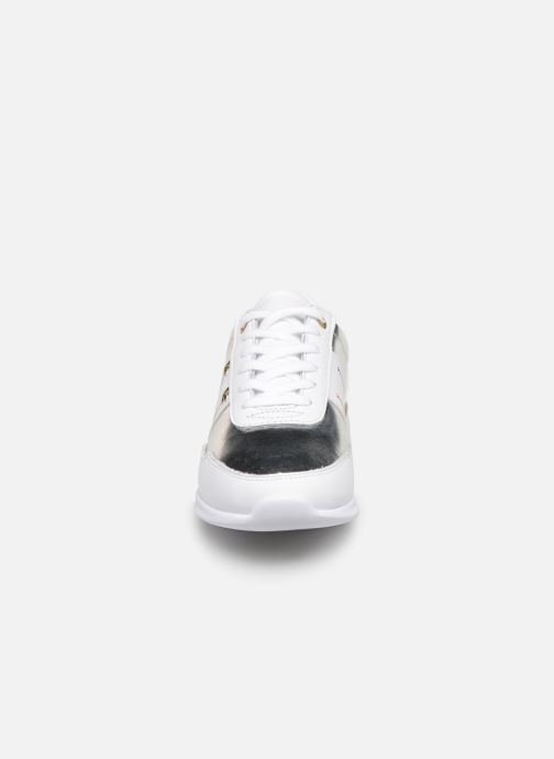 Baskets Tommy Hilfiger TOMMY ESSENTIAL LEATHER SNEAKER Argent vue portées chaussures