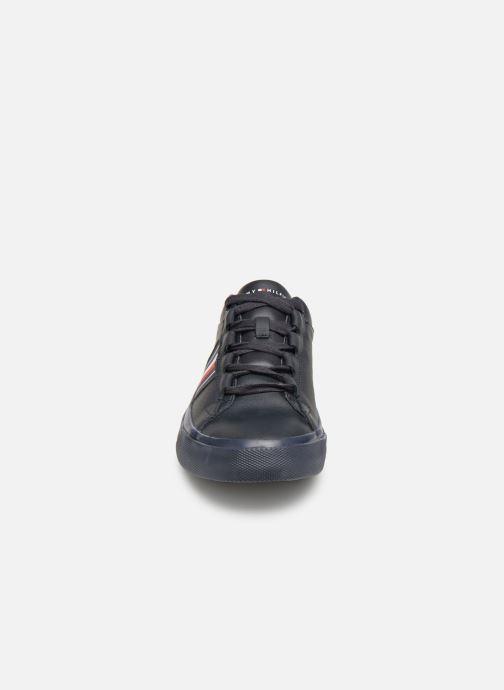 Baskets Tommy Hilfiger CORPORATE LEATHER LOW SNEAKER Bleu vue portées chaussures