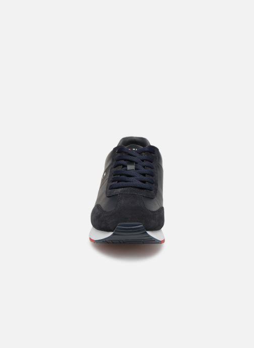 Baskets Tommy Hilfiger LEATHER MATERIAL MIX RUNNER Bleu vue portées chaussures