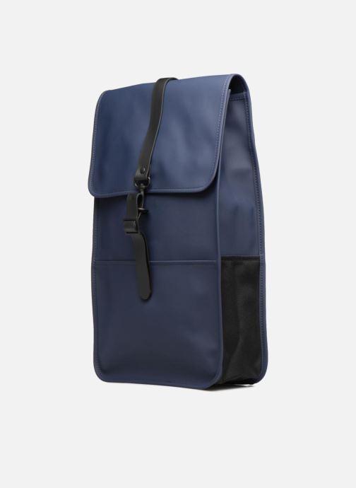 Mochilas Rains  Backpack Azul vista del modelo