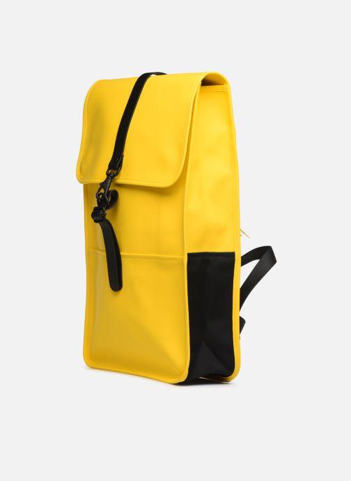 Mochilas Rains  Backpack Amarillo vista del modelo