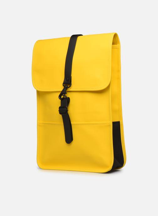 Mochilas Rains  Backpack Mini Amarillo vista del modelo