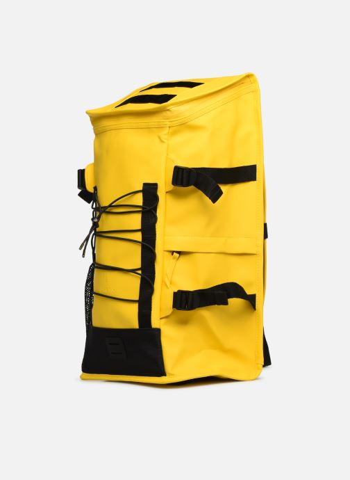 Mochilas Rains  Mountaineer Bag Amarillo vista del modelo
