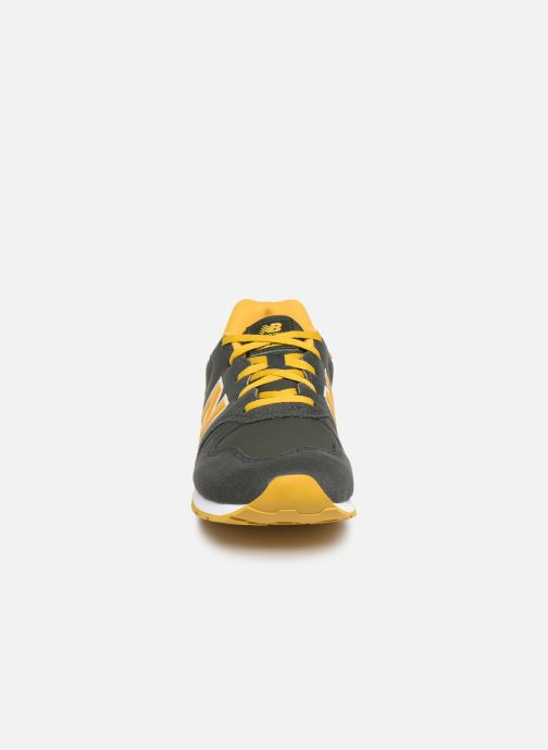 Baskets New Balance YC373 Vert vue portées chaussures