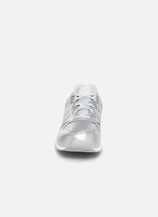 Baskets New Balance YC373 Argent vue portées chaussures