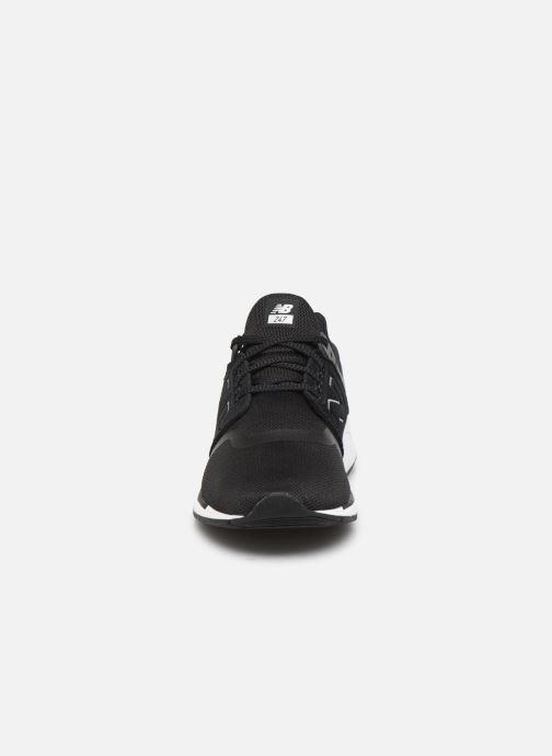 Sneakers New Balance GS247 Nero modello indossato