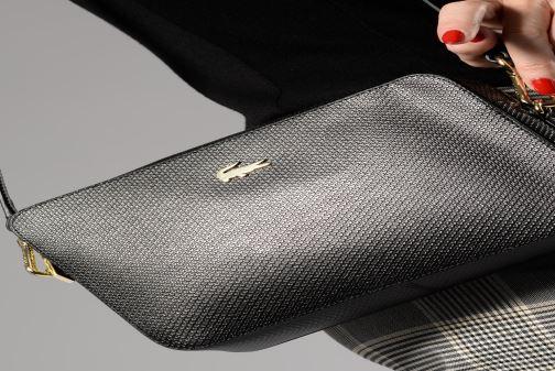 Handtaschen Lacoste CHANTACO CUIR SQUARE CROSSOVER BAG schwarz ansicht von unten / tasche getragen