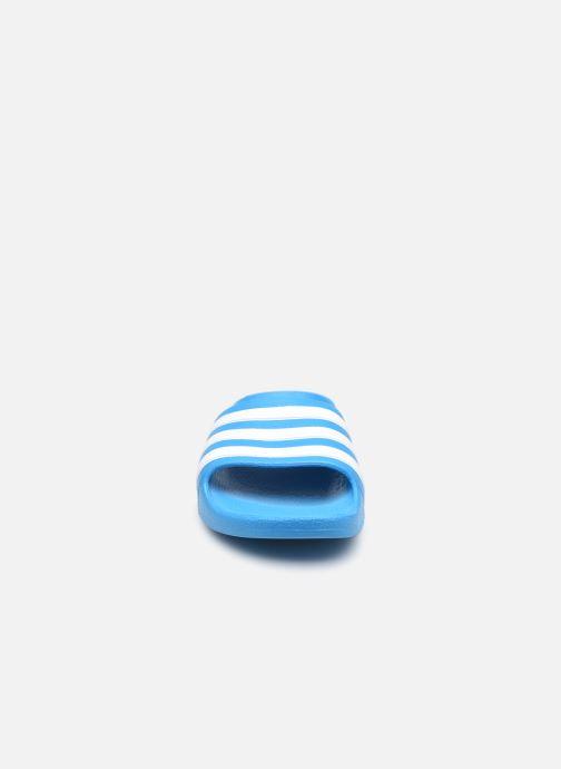 Sandalias adidas performance Adilette Aqua K Azul vista del modelo