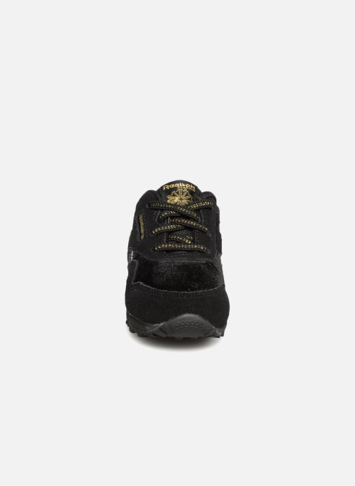 Sneakers Reebok Cl Nylon I Nero modello indossato