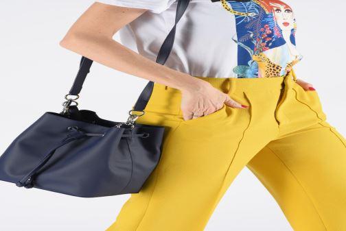 Sacs à main Lacoste DAILY CLASSIC BUCKET BAG Bleu vue bas / vue portée sac