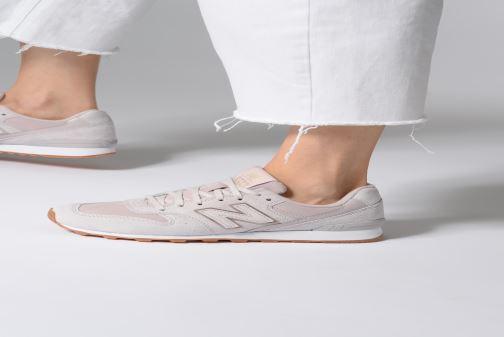Sneaker New Balance W996 rosa ansicht von unten / tasche getragen