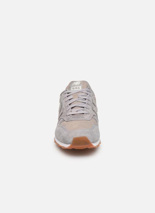 Baskets New Balance W996 Gris vue portées chaussures